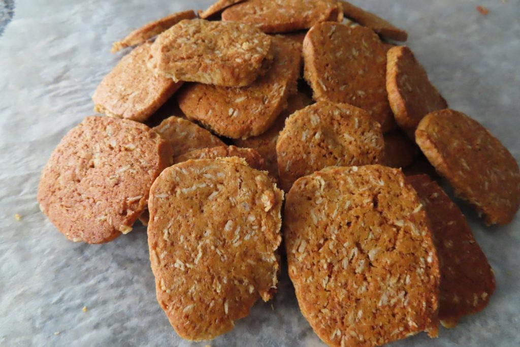 Biscuits à l'avoine maison qui ressemble au biscuit Belvita à l'avoine. Il faut différente farine et du miel.